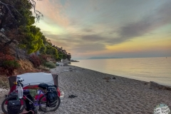 Sonnenuntergang am verlassenen Strand