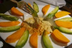 Ein Teller voll Hummus