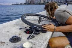 letzte Reparaturen an der Nabe an der Hafenpromenade von Izmir bevor wir die Stadt verlassen