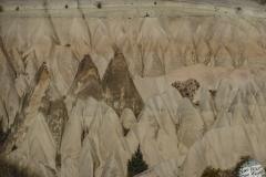 Überall Berge, die wie Sandburgen am Strand aussehen