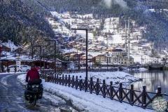 Im Schnee verlassen wir das Dorf