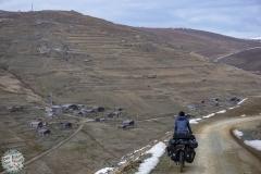 Eine surreale Landschaft mit verlassenen Dörfern