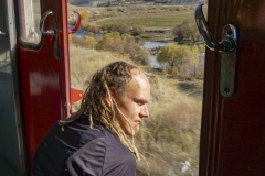 An der offenen Tür im Zug sitzen, gibt ein Gefühl von Freiheit